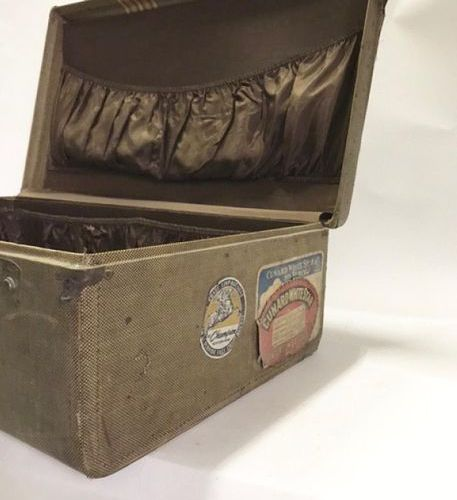 Valise en toile monogrammée H.C. Etiquette mentionnant le trajet sur le Queen El…