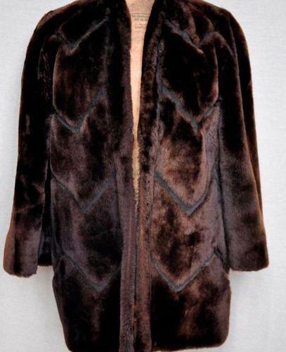 CHRISTIAN DIOR. Manteau en mouton, manches 3/4, couleur chocolat