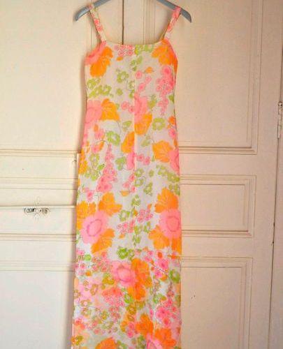 Ensemble (tailleur) à motif de fleurs multi couleurs dans le style YSL. Taille 3…