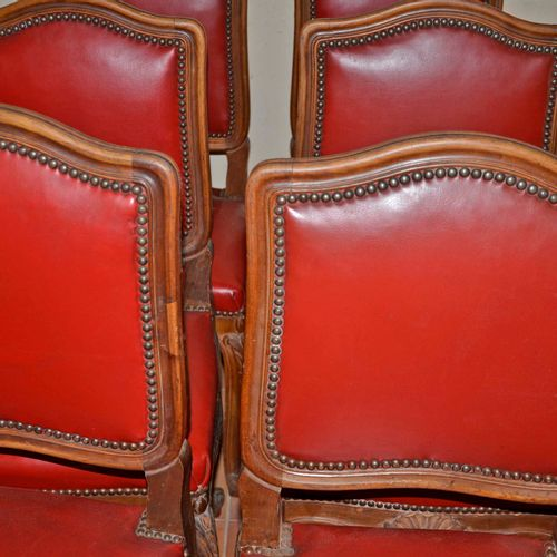 Ensemble de 6 chaises en bois naturel mouluré, garniture rouge. Style Louis XV