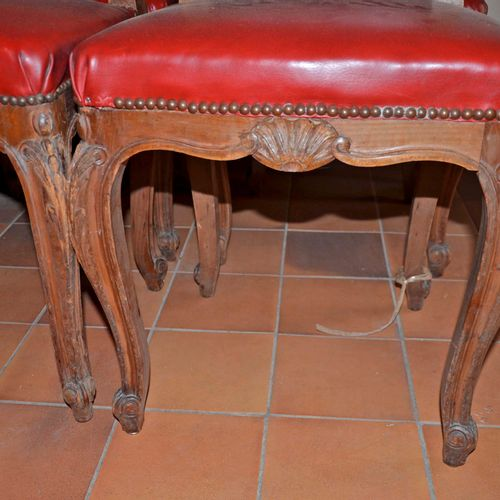 Ensemble de 6 chaises en bois naturel mouluré, garniture rouge. Style Louis XV