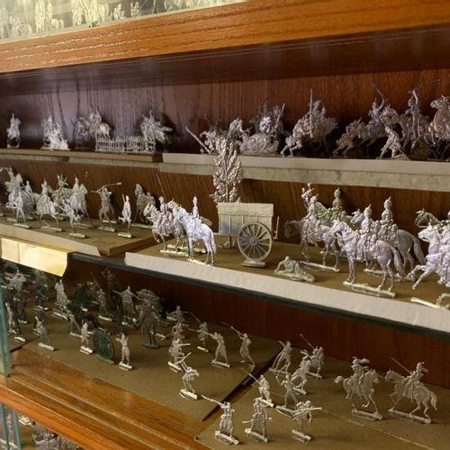 19 niveaux de soldats en métal blanc dont certains polychromes et leurs accessoi…