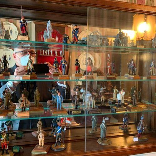 Lot de 35 (env) soldats ou figurines en plomb, la plupart polychromes. Haut: 8 …