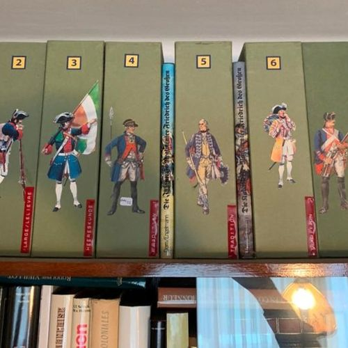Important lot d'ouvrages et de revues à thème militaire. (9 étagères). LOT VENDU…