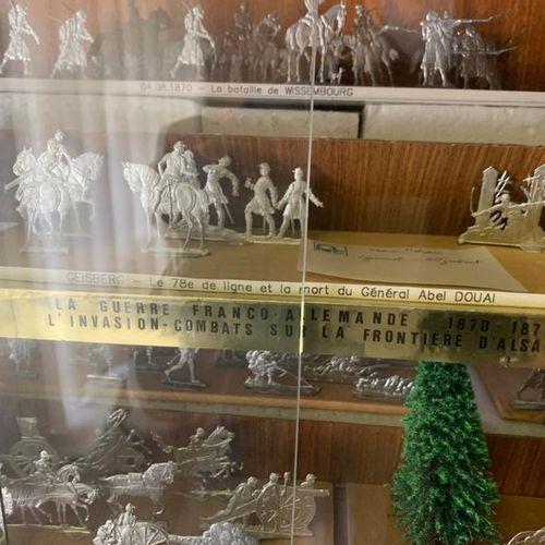 21 niveaux de soldats en métal blanc dont certains polychromes et leurs accessoi…