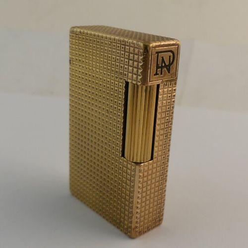 Dupont. Briquet en métal plaqué or. Chiffré PN.