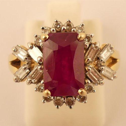 Bague en or jaune centrée d'un rubis souligné de diamants ronds et épaulé de dia…