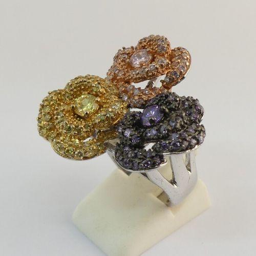 Bague argent, ornée de fleurs agrémentées de petits cristaux Swarovski. TDD 52.