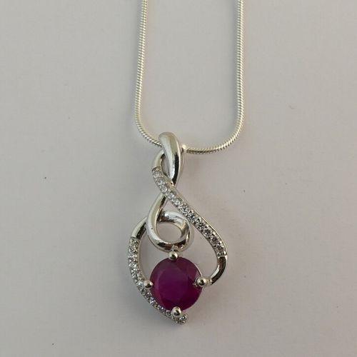 Collier, chaîne et pendentif orné d'un rubis et petits cristaux. Poids brut: 5gr…