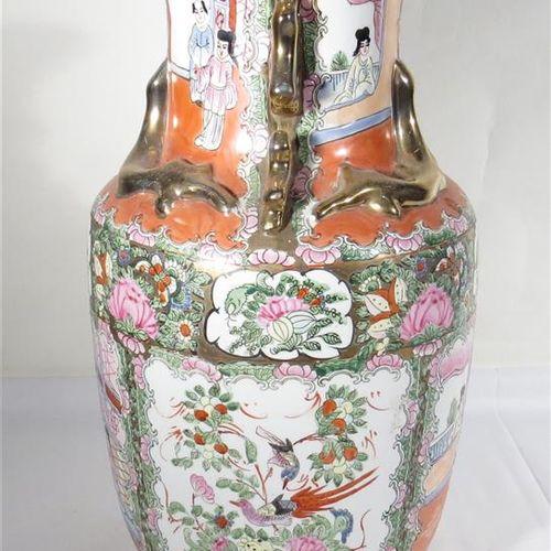 Chine. Vase en porcelaine. Signé. Haut. 35 cm.
