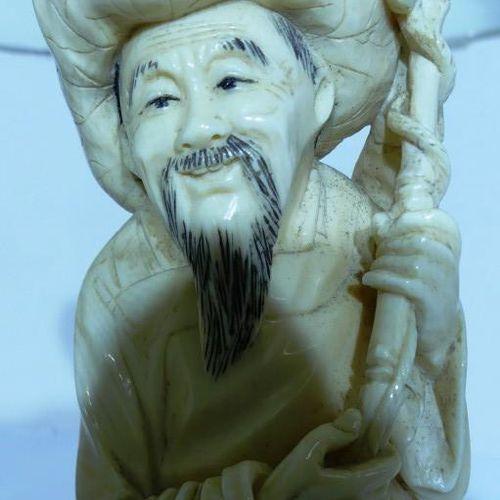 Chine. Pêcheur en ivoire. Haut: 28 cm avec socle. Poids: 568 g avec socle. Ele…