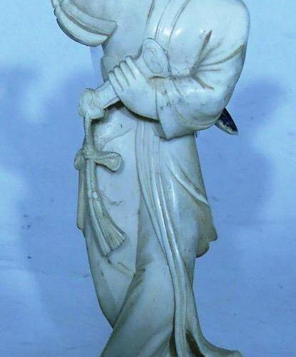 Chine. Danseuse en ivoire. Haut: 17 cm avec socle. Poids: 128 g avec socle. La…
