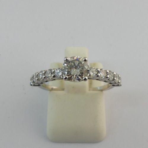 Bague en or blanc 14 K sertie d'un diamant taille brillant d e0.8 carat env. Épa…