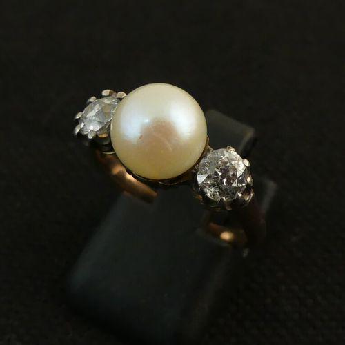 Bague en jaune ornée d'une perle épaulée de 2 diamants. TDD. 53. PB. 3.5g.