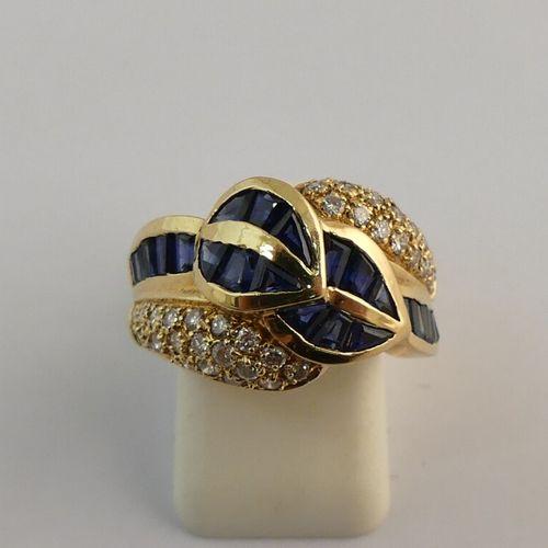 Bague en or jaune sertie de diamants ronds et de saphirs baguette. TDD. 54. PB. …