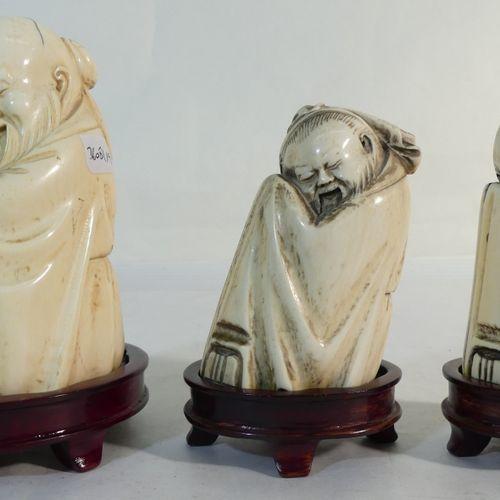Chine. 3 sages assis en ivoire. Haut A : 10 cm. Haut B et C : 8 cm. Poids A : 36…