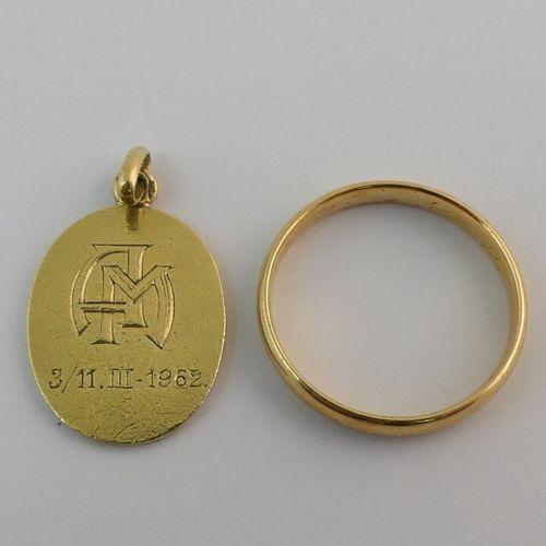 Anneau et pendentif en or jaune. Poids. 4.8g