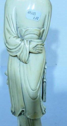 Chine. Kwan in en ivoire. Haut: 32,5 cm avec socle. Poids: 640 g avec socle. E…