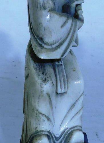Chine. Joueuse de flûte en ivoire. Haut: 14 cm avec socle. Poids: 182 g avec s…