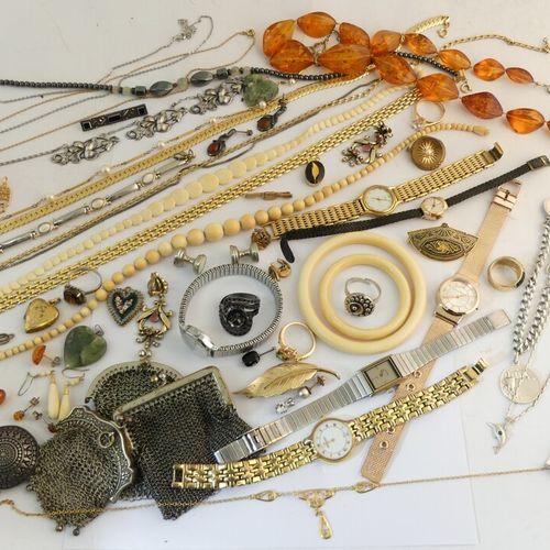 Lot de bijoux fantaisie ou en argent.