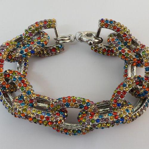 Bracelet maille gourmette, agrémenté de petits cristaux.