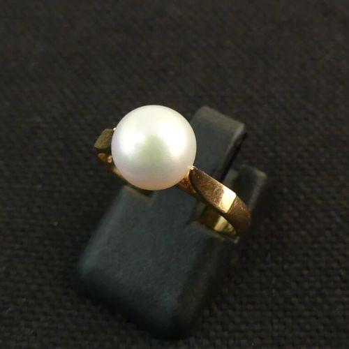 Bague en jaune ornée d'une perle. TDD. 52. PB. 2.6g.