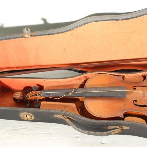 Lot de 3 violons et deux archets dans leurs coffrets.