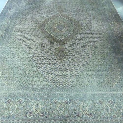 羊毛和丝质的东方塔布里克地毯。