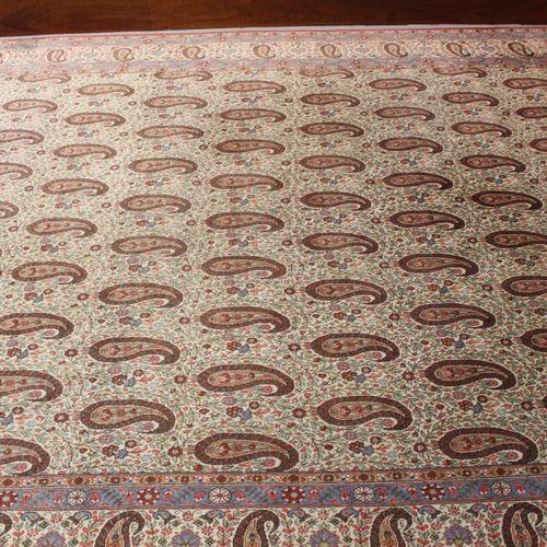 Tapis d'orient en laine à décor de boteh. 230 x 332 cm.