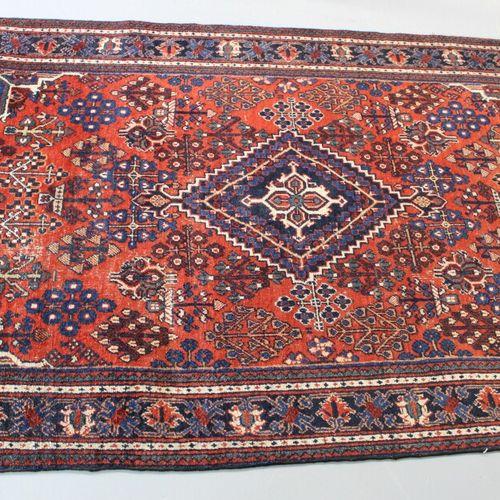 东方地毯。198 x 132厘米。
