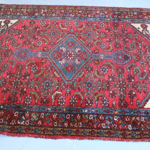 东方羊毛地毯。197 x 134厘米。