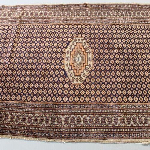 东方地毯。185 x 120厘米。