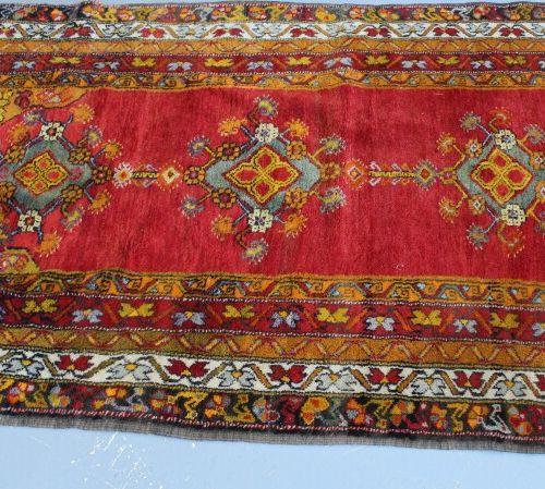 东方羊毛地毯。207 x 129 cm。