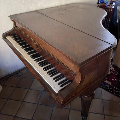 GAVEAU. Piano quart de queue 1911. 141 x 155 cm. Petit accident au placage. LOT …
