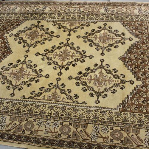 米色背景的羊毛地毯,300 x 200厘米