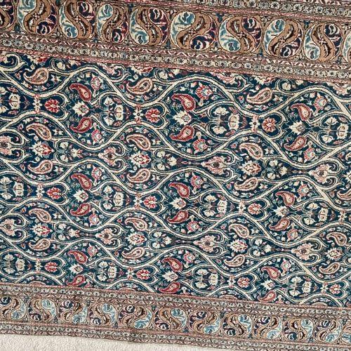 东方羊毛地毯,有波特装饰。212 x 140厘米。
