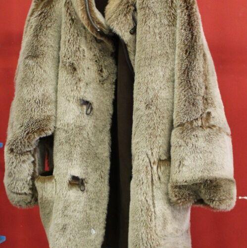 Réunion de vêtements et d'accessoires (un manteau, deux vestes et fourrures dive…
