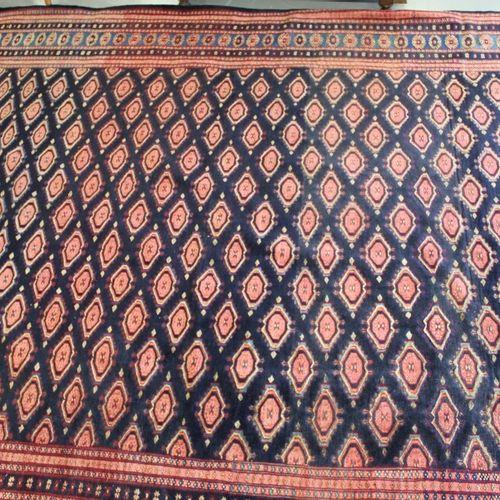 布卡拉风格的羊毛地毯。315 x 245厘米。