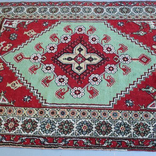 东方羊毛地毯。190 x 143厘米。
