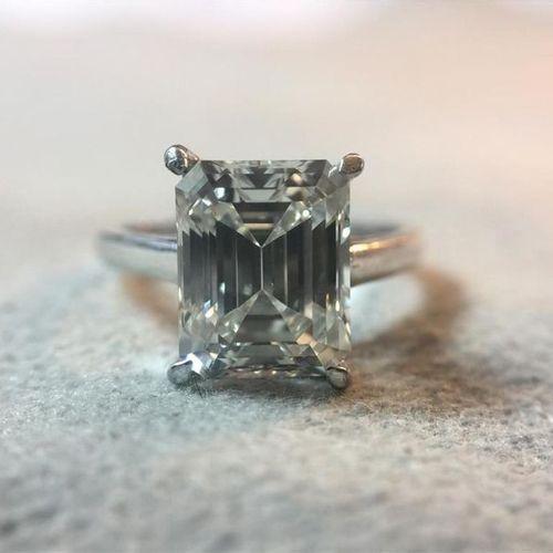 Bague en or gris 750 millièmes, sertie d'un diamant solitaire de taille émeraude…