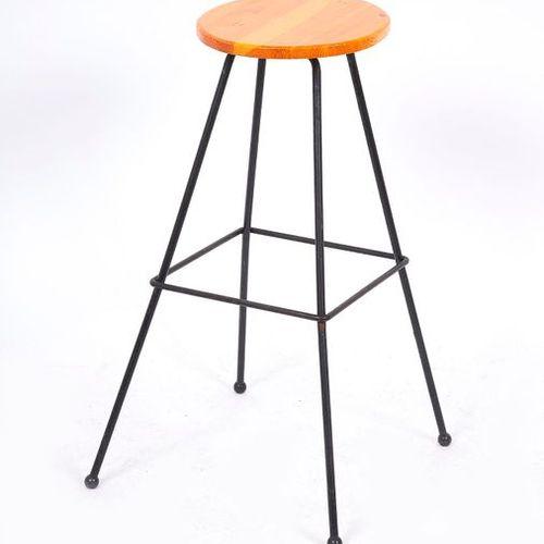 Tabouret de bar, assise en bois légérement incliné et piétement en métal laqué n…