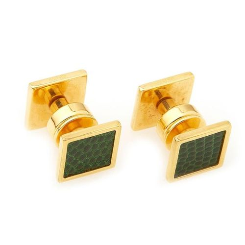 HERMES, Paire de boutons de manchette en métal doré et cuir lézard vert. Signée,…