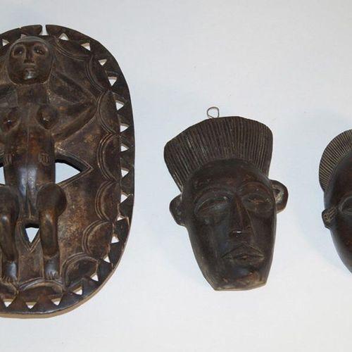 Spirale africaine, trois masquesa) Masque facial, 32 cm. Bois dur clair, patine …