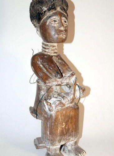 Figure de mère africaine, NigeriaH. 52 cm. Bois dur lourd, décor blanc croûté ir…