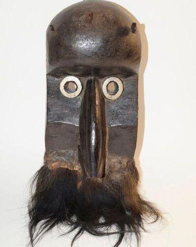Masque africain à bec avec bois de pin dur articulé, patine noire brillante, poi…