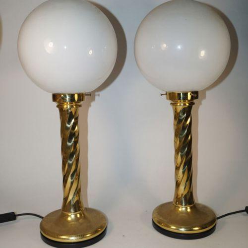 Paire de lampes de table, antiquités, varia, h. 61 cm. Métal recouvert d'un revê…