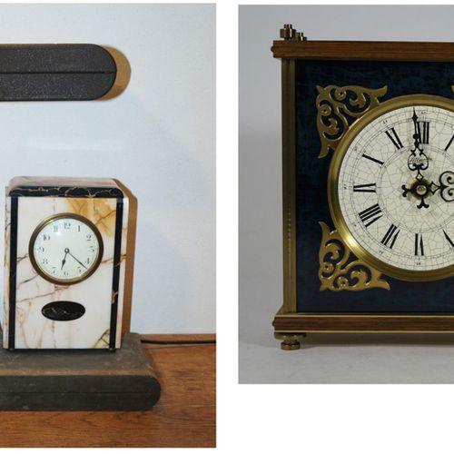Antiquités, Varia, Deux horloges de table,a) Horloge moderne avec lampe. H. 46, …