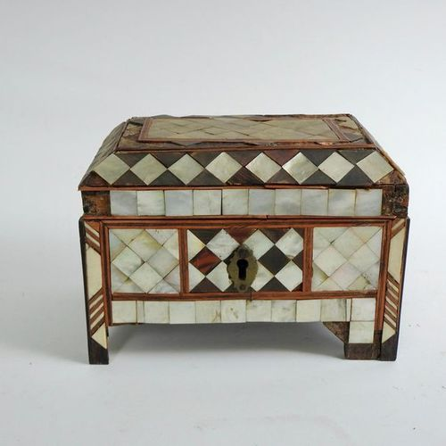 Small wooden and mother of pearl chest Indo Portuguese work 16 x 22 cm accidents…