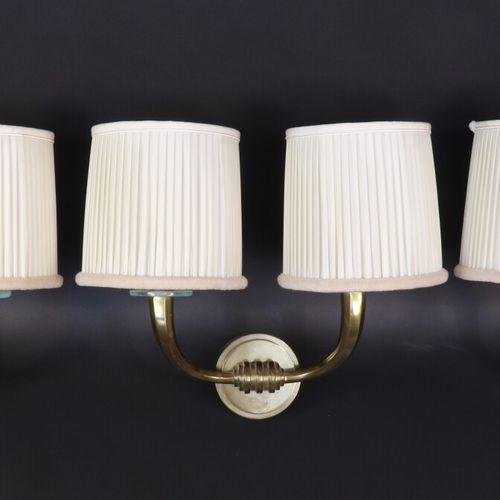 Suite de trois appliques à deux lumières en bronze, les bras de lumière en corne…