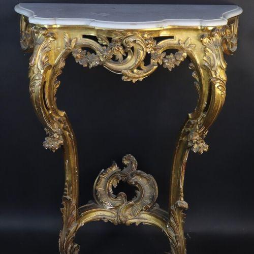 Console d'applique en bois sculpté et doré reposant sur deux pieds cambrés feuil…